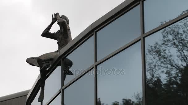 Muž na střeše moderního sochařství