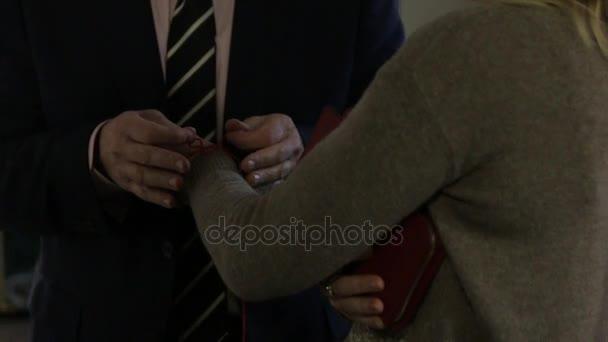 Vörös String a nő kezét