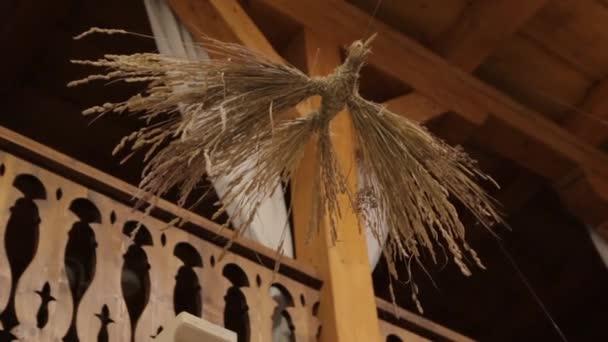 Ptáček ze stonků, které jsou ručně vyráběné