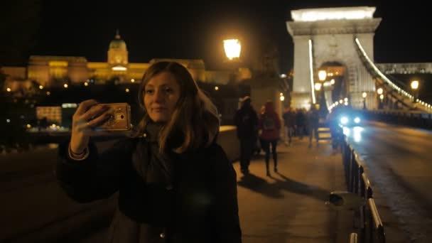 Éjszakai híd lány szelfi