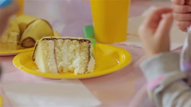 kus narozeninový dort