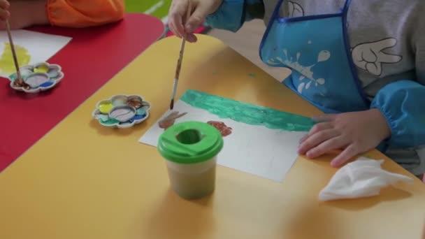 A kisfiú megtanul rajzolni.