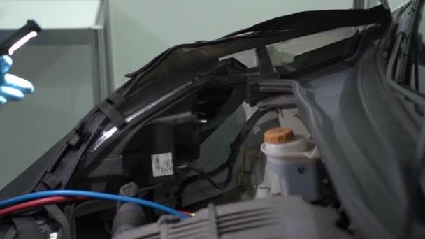 Kontrola kapoty na auto