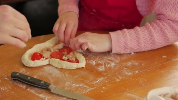 Herzförmiges Pizzakochen