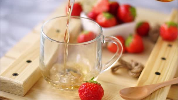 heißer schwarzer Tee mit Erdbeeren