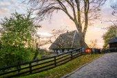 Casa di villaggio tradizionale ucraino allautunno