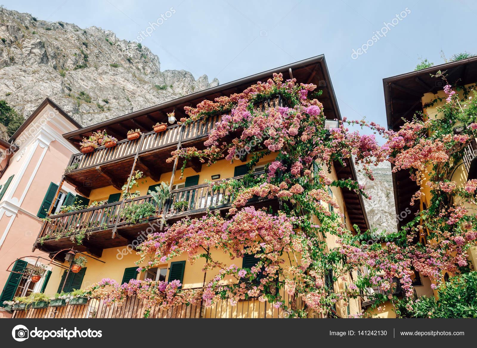 Blumen Dekoration alte Häuser — Stockfoto © Gladkov #141242130