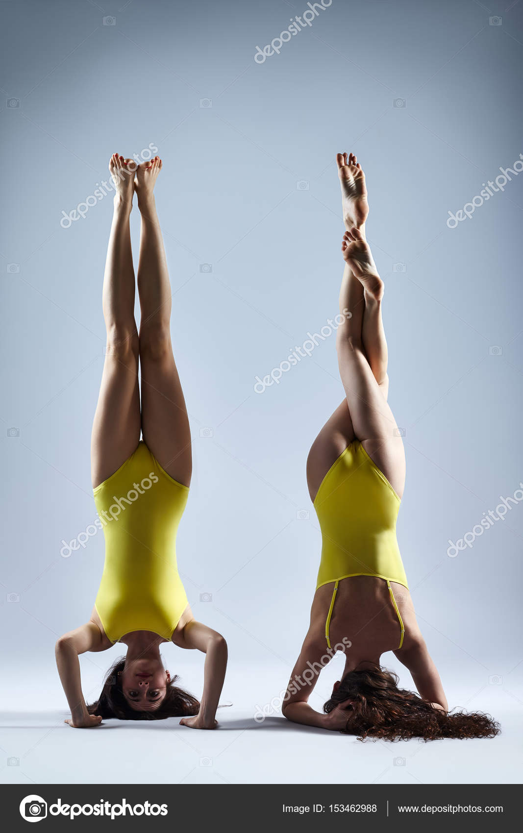 Dos mujeres haciendo yoga asana — Foto de stock © Gladkov #153462988