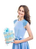Glückliche schöne Frau hält Geschenk-Box isoliert auf weißem Hintergrund