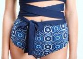 Žena na sobě modré kalhotky