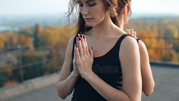 Mladé dívky dělat jógu pise namaste closeup, pranamasana. Spuštění asana surya namaskar podrobně. Koncentrace, gymnastika, jóga koncept