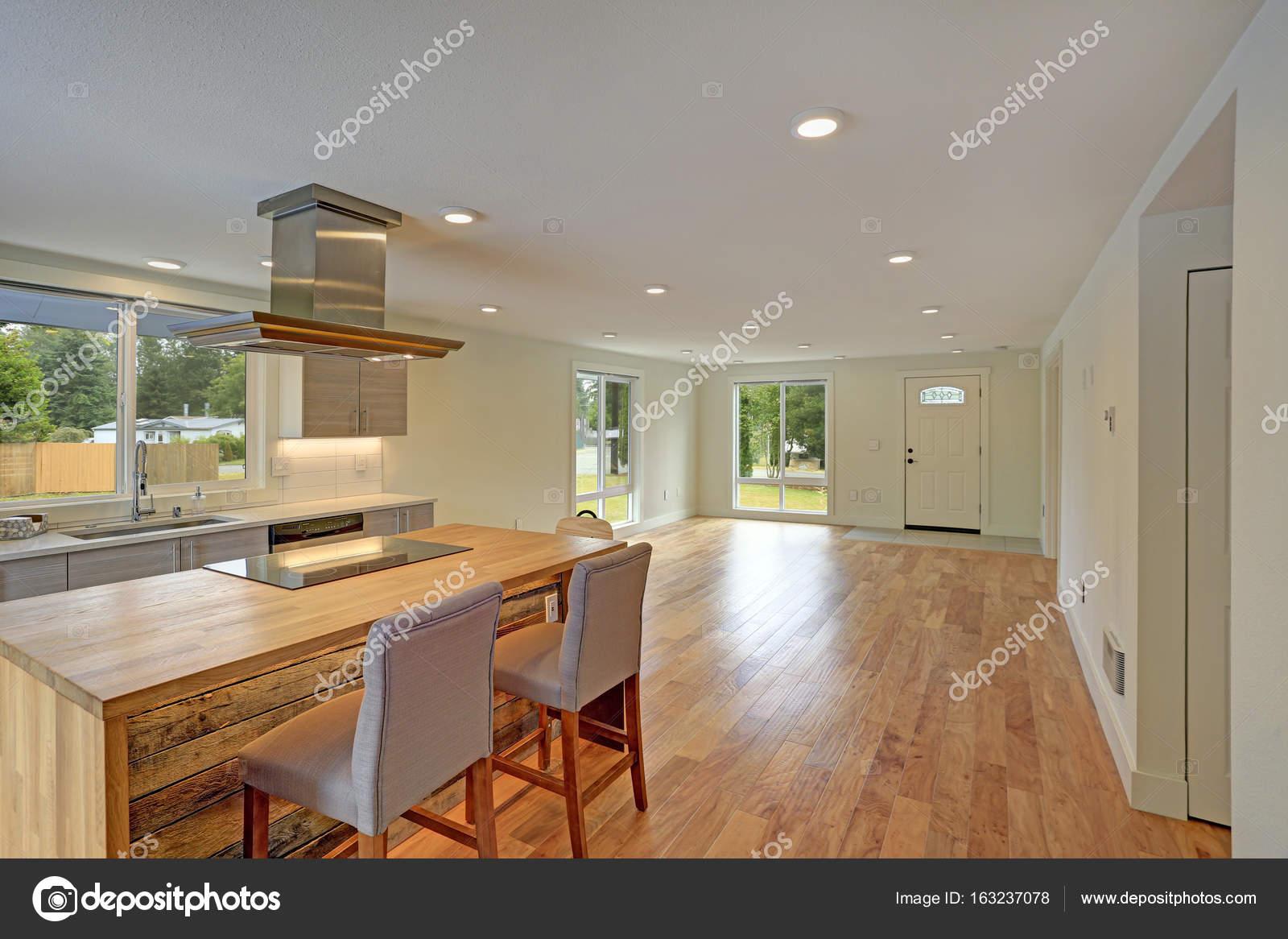 Plan de piso abierto interior cuenta con una cocina recién ...