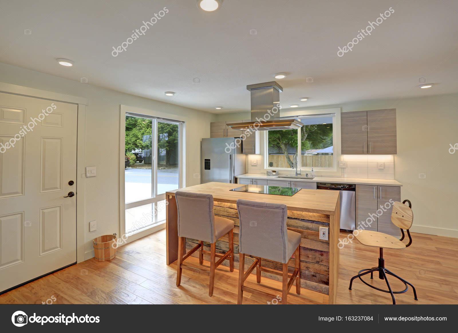 Neu gestaltete Küche bietet Kücheninsel mit Kapuze — Stockfoto ...