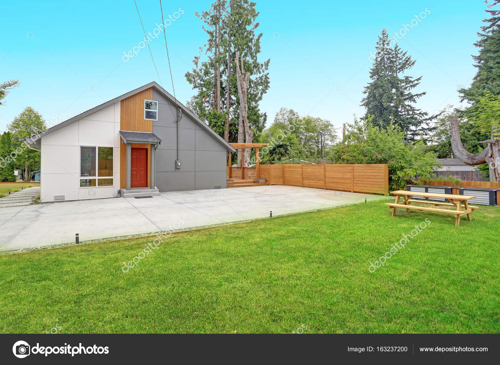 Geheel gerenoveerd modern huis in everett u2014 stockfoto © alabn #163237200