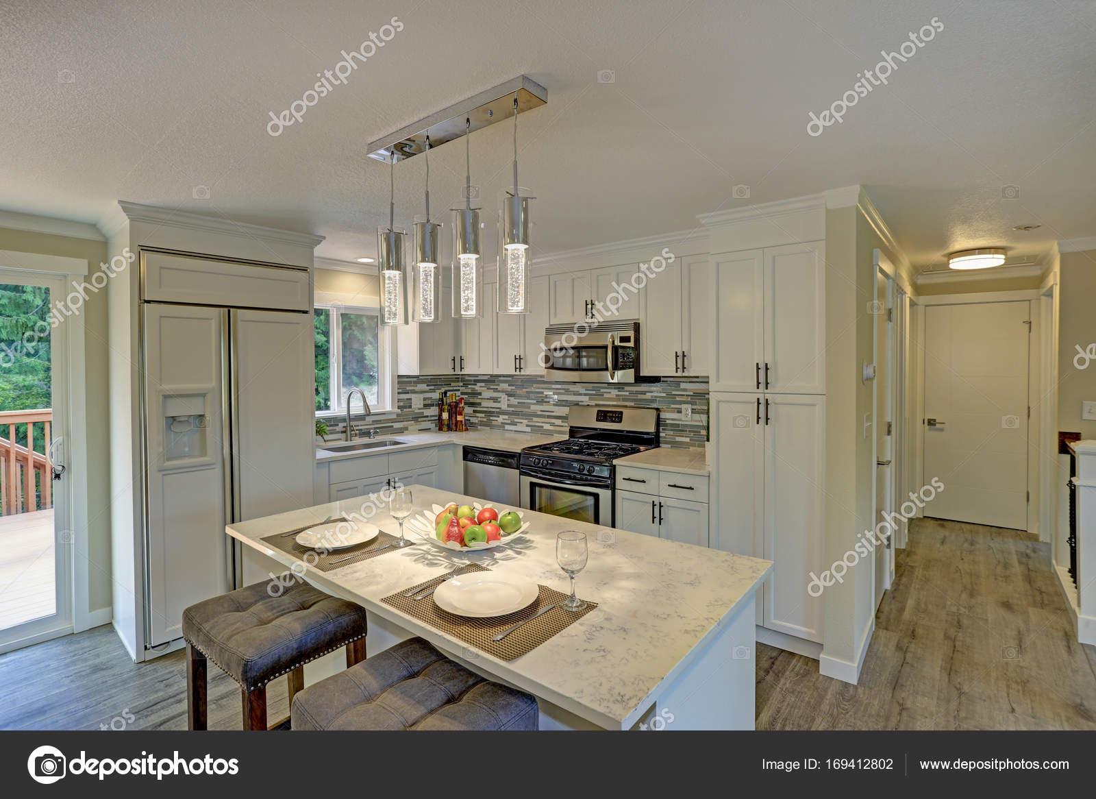Schöne offene zweite Etage weiße Küche — Stockfoto © alabn #169412802
