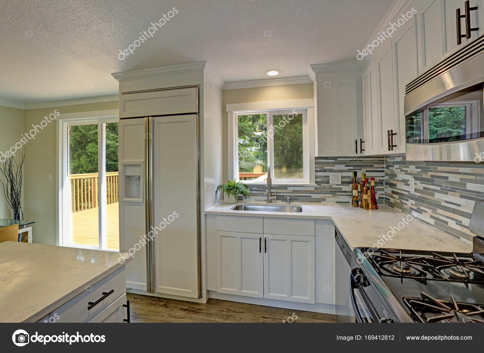 Schöne offene zweite Etage weiße Küche — Stockfoto © alabn #169412812