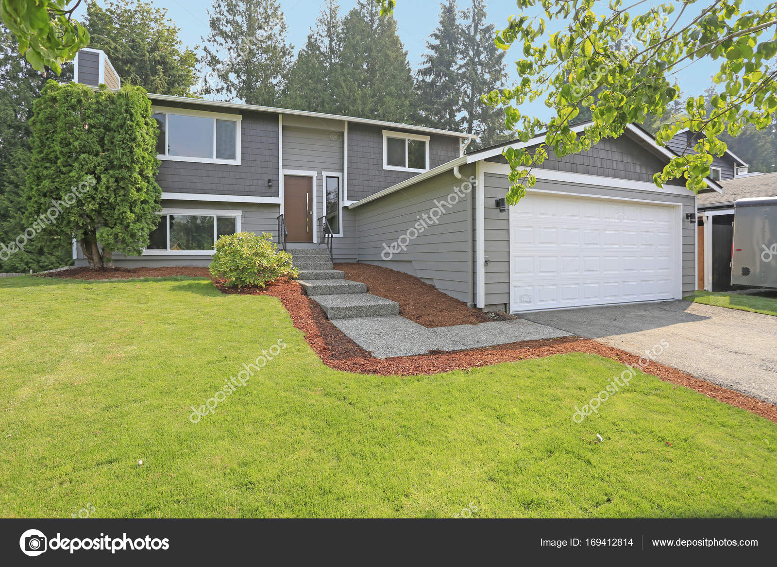 Lovely Grey Rambler House Exterior Features Grey Siding U2014 Stock Photo