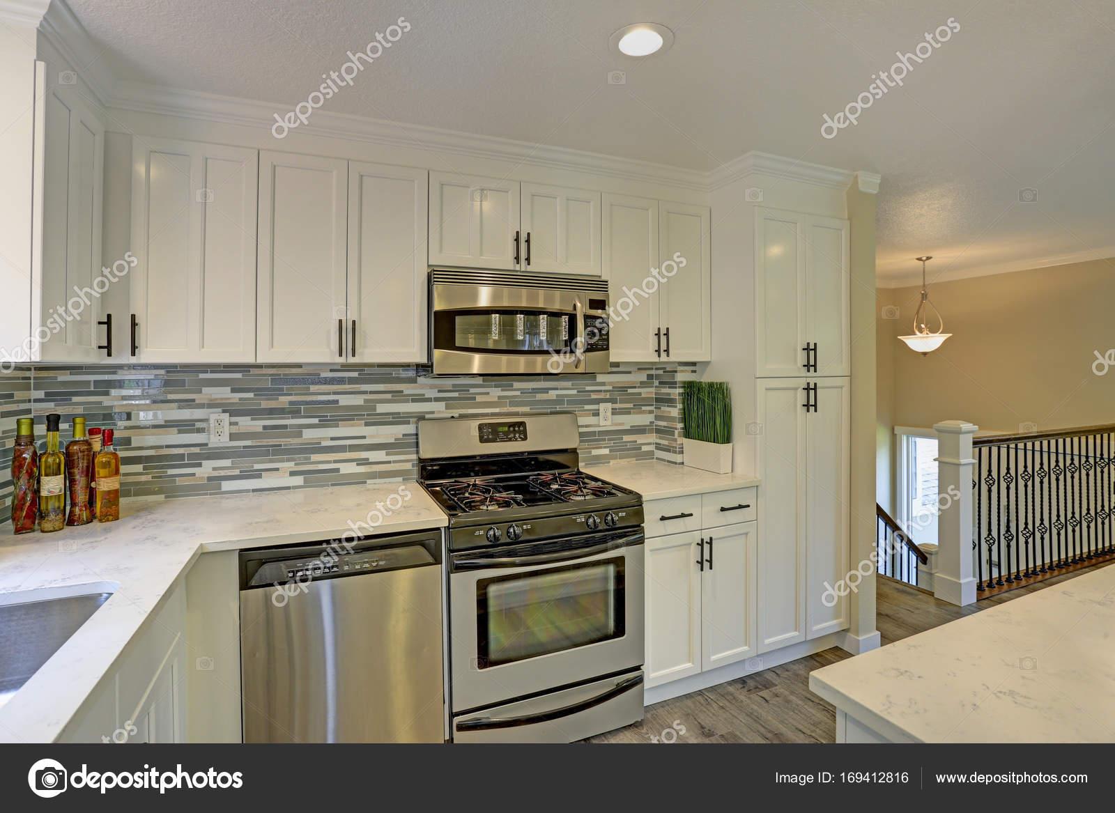 Hermoso segundo piso blanco cocina — Foto de stock © alabn #169412816