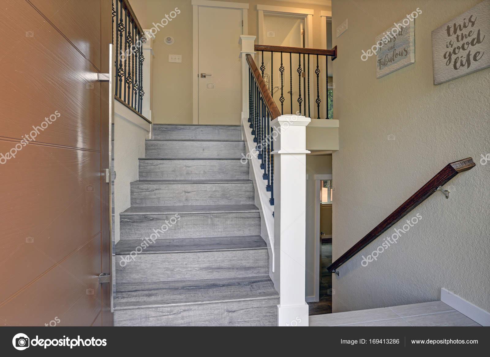 Kleines Foyer Design Verfugt Uber Eine Graue Holz Treppe Stockfoto