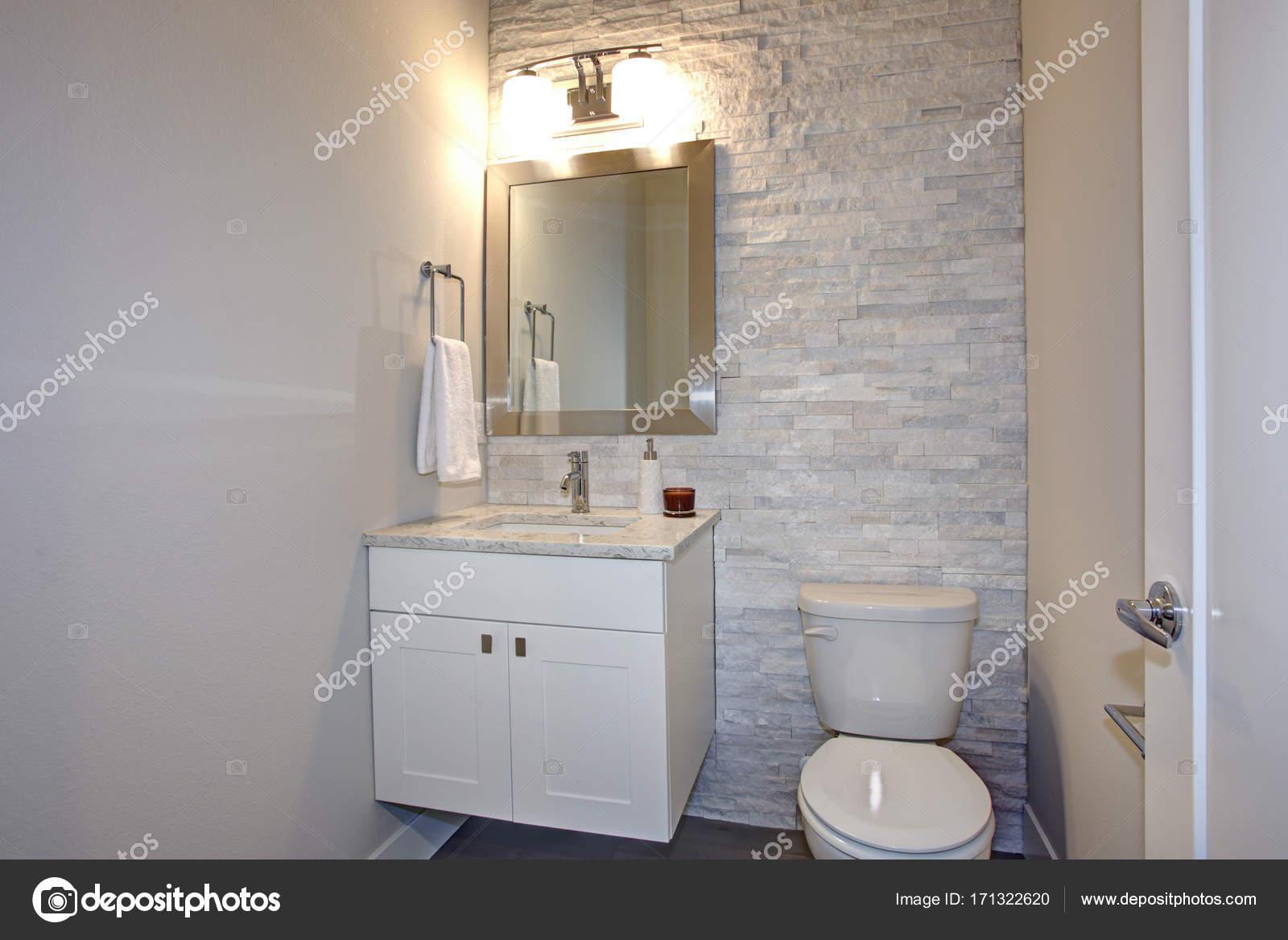 Moderne witte en grijze badkamer u stockfoto alabn