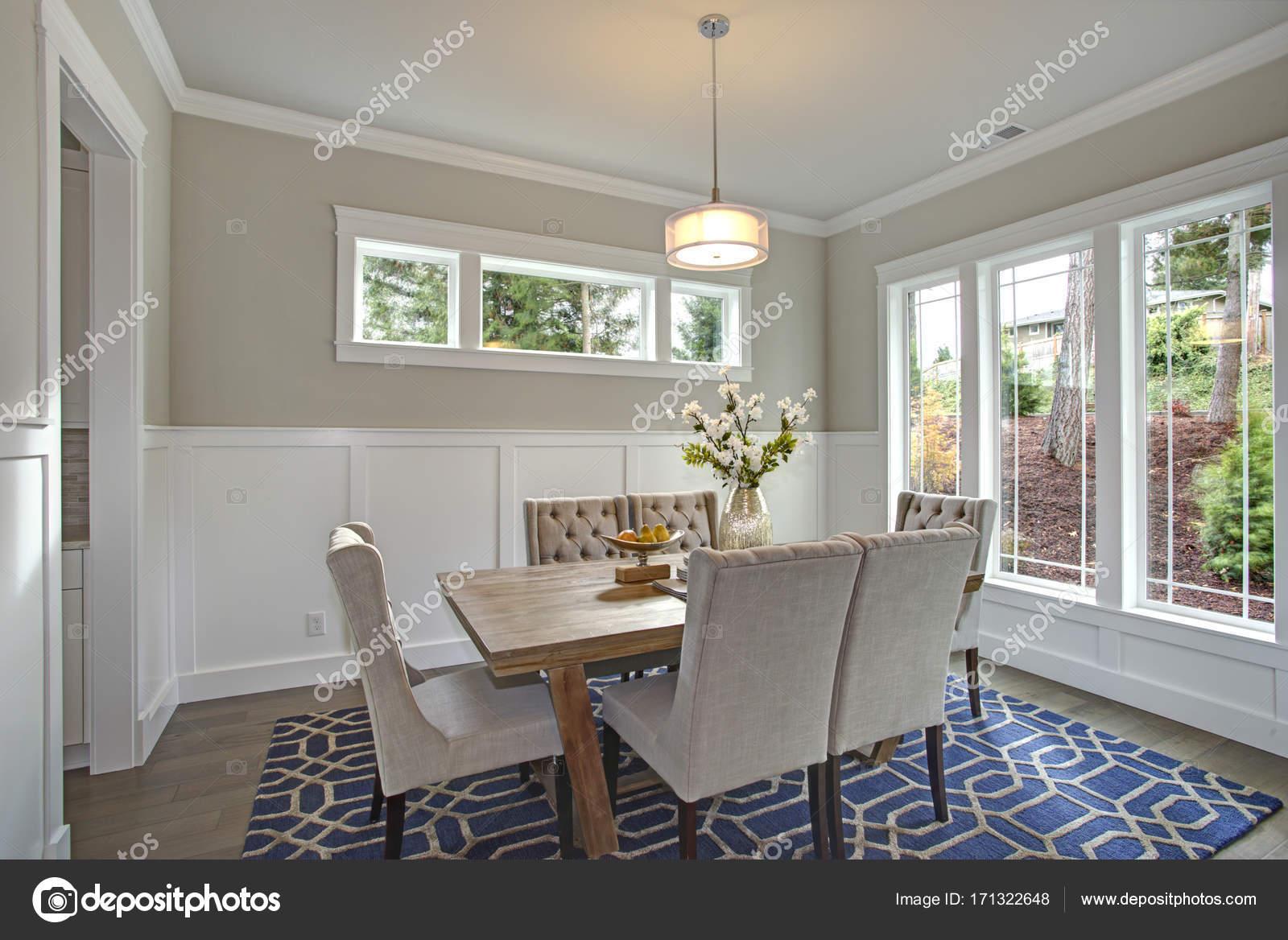 Elegante sala da pranzo transitorio con pareti board & batten — Foto ...