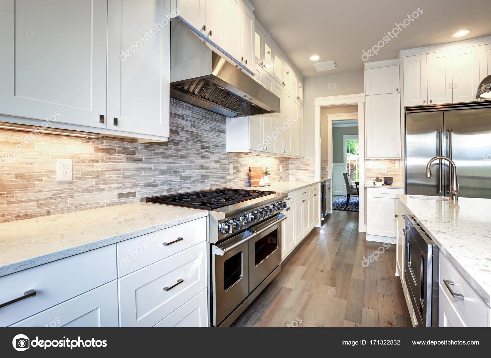 Weiße Luxus-Küche mit großer Kochinsel — Stockfoto © alabn #171322832