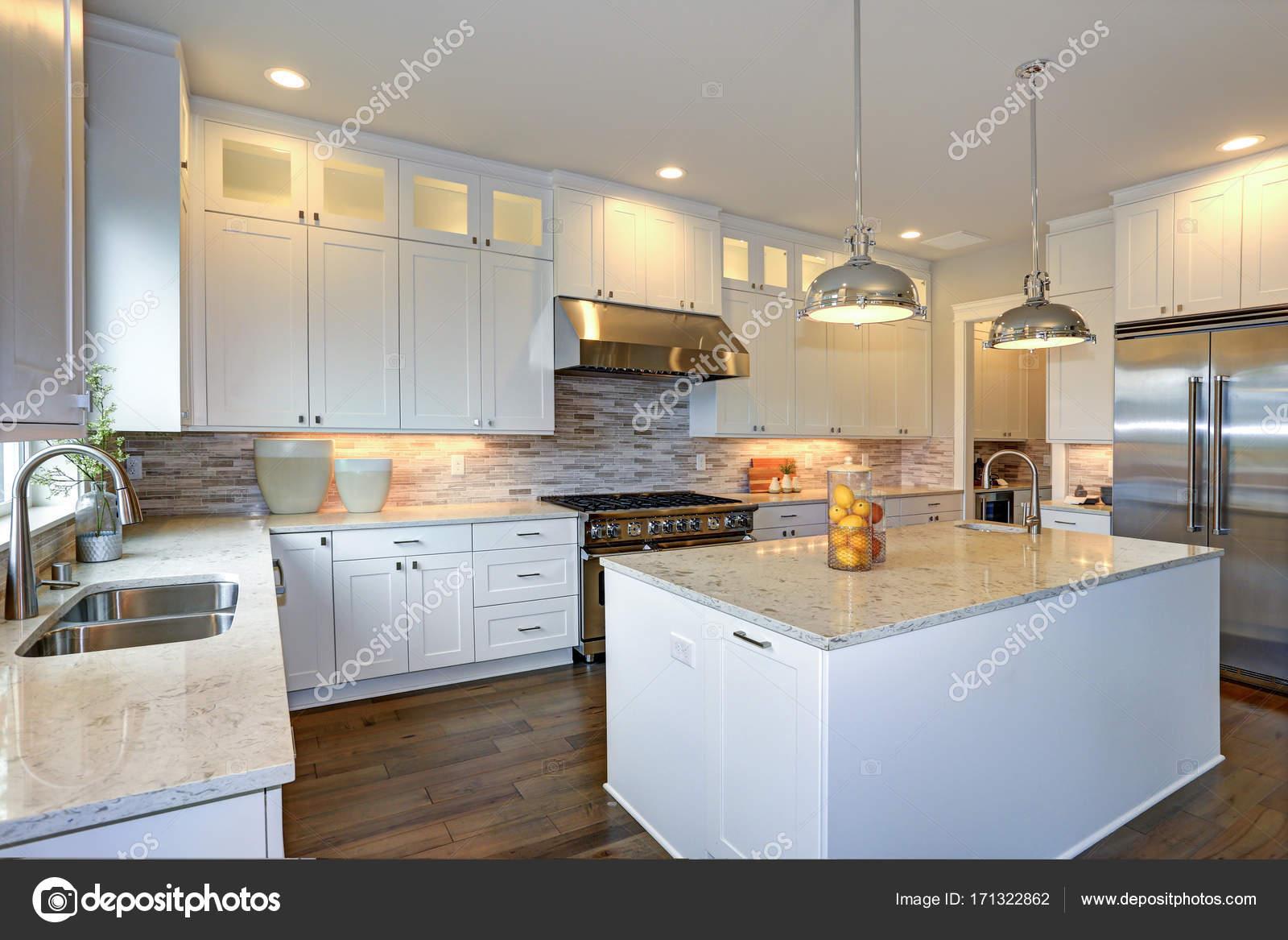 Cozinha De Luxo Branco Com Grande Cozinha Ilha Fotografias De