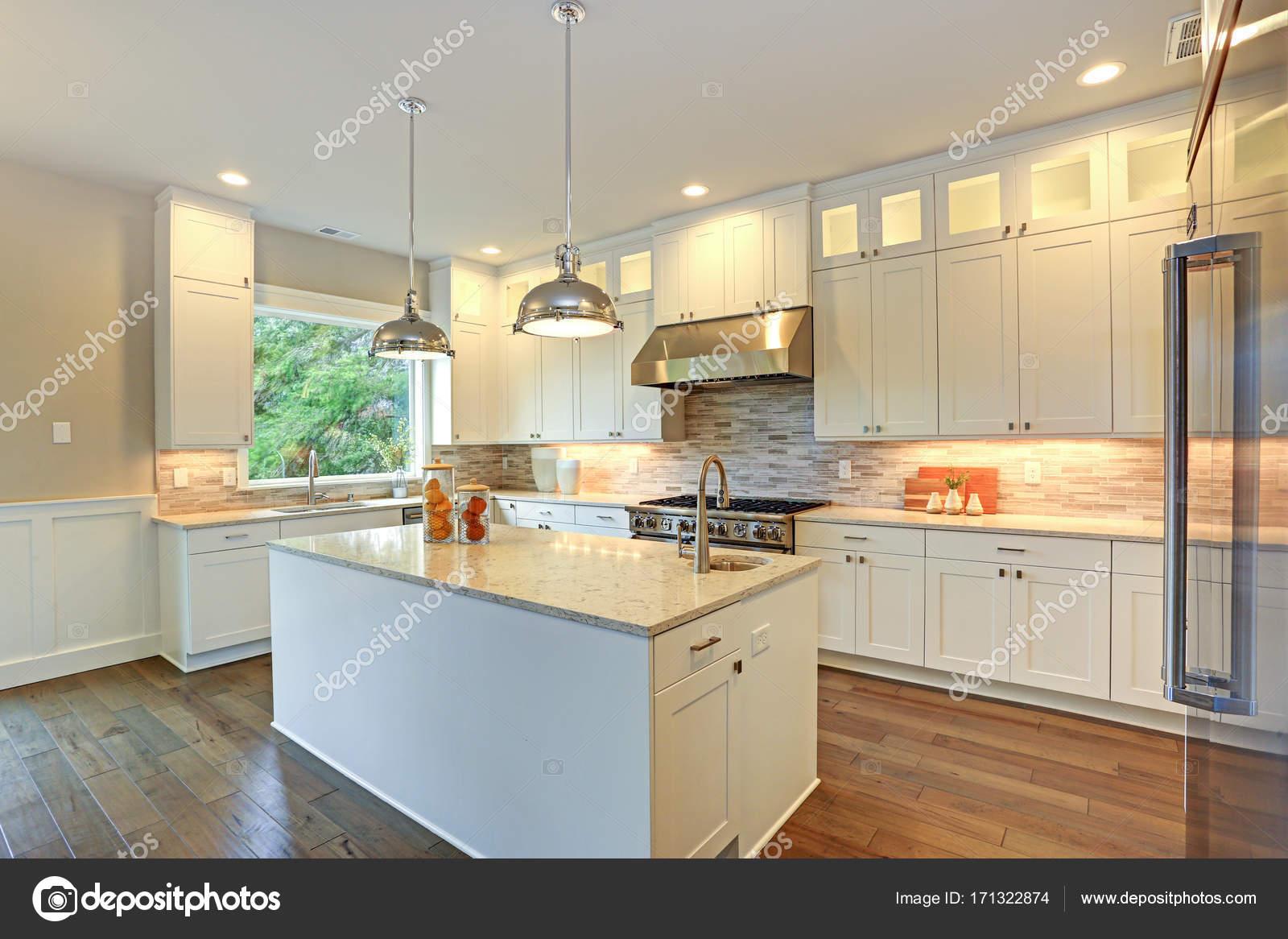 Weiße Luxus-Küche mit großer Kochinsel — Stockfoto © alabn #171322874