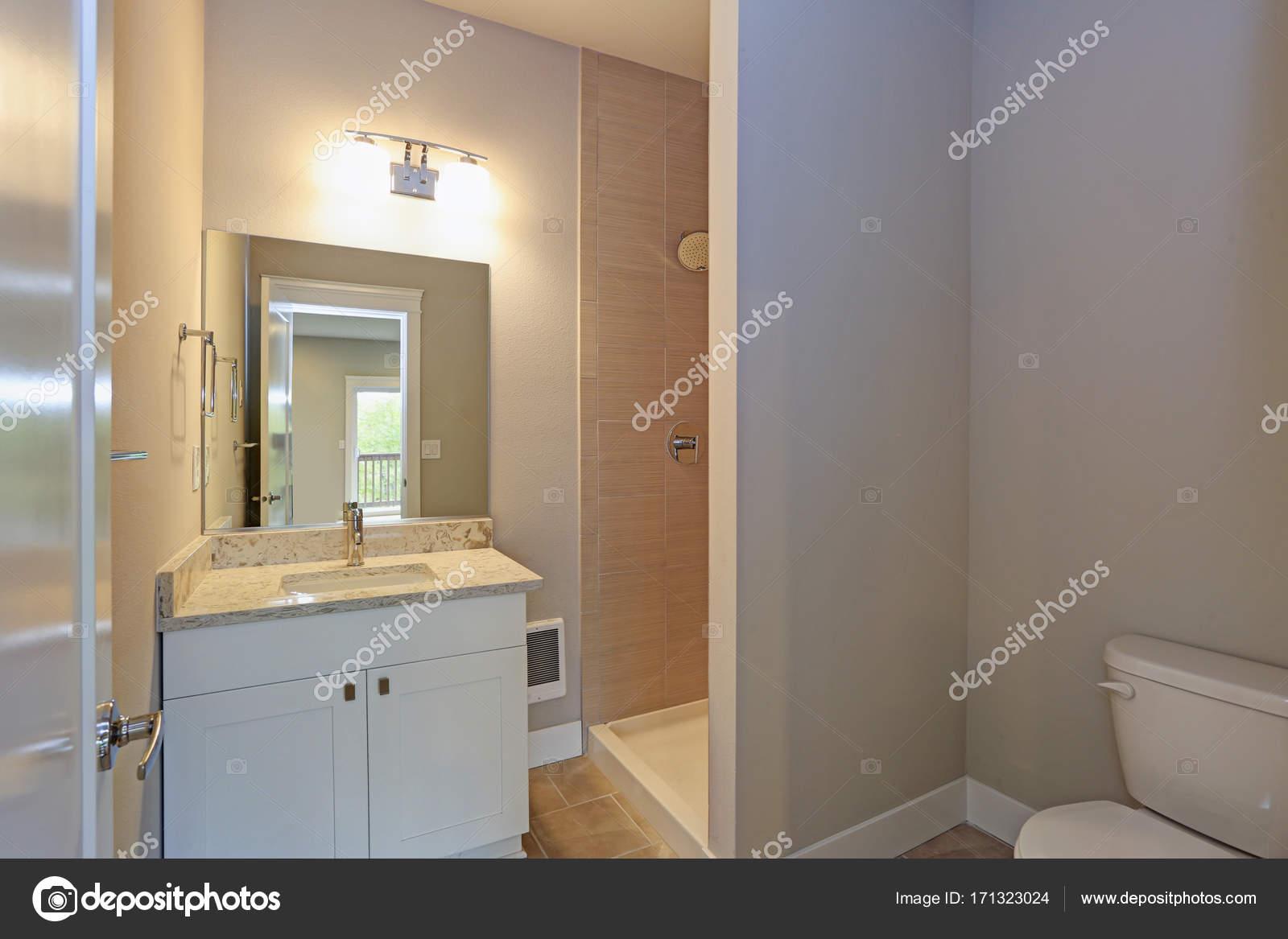 Bagno Beige E Bianco : Contemporanea bagno bianco e beige u foto stock alabn