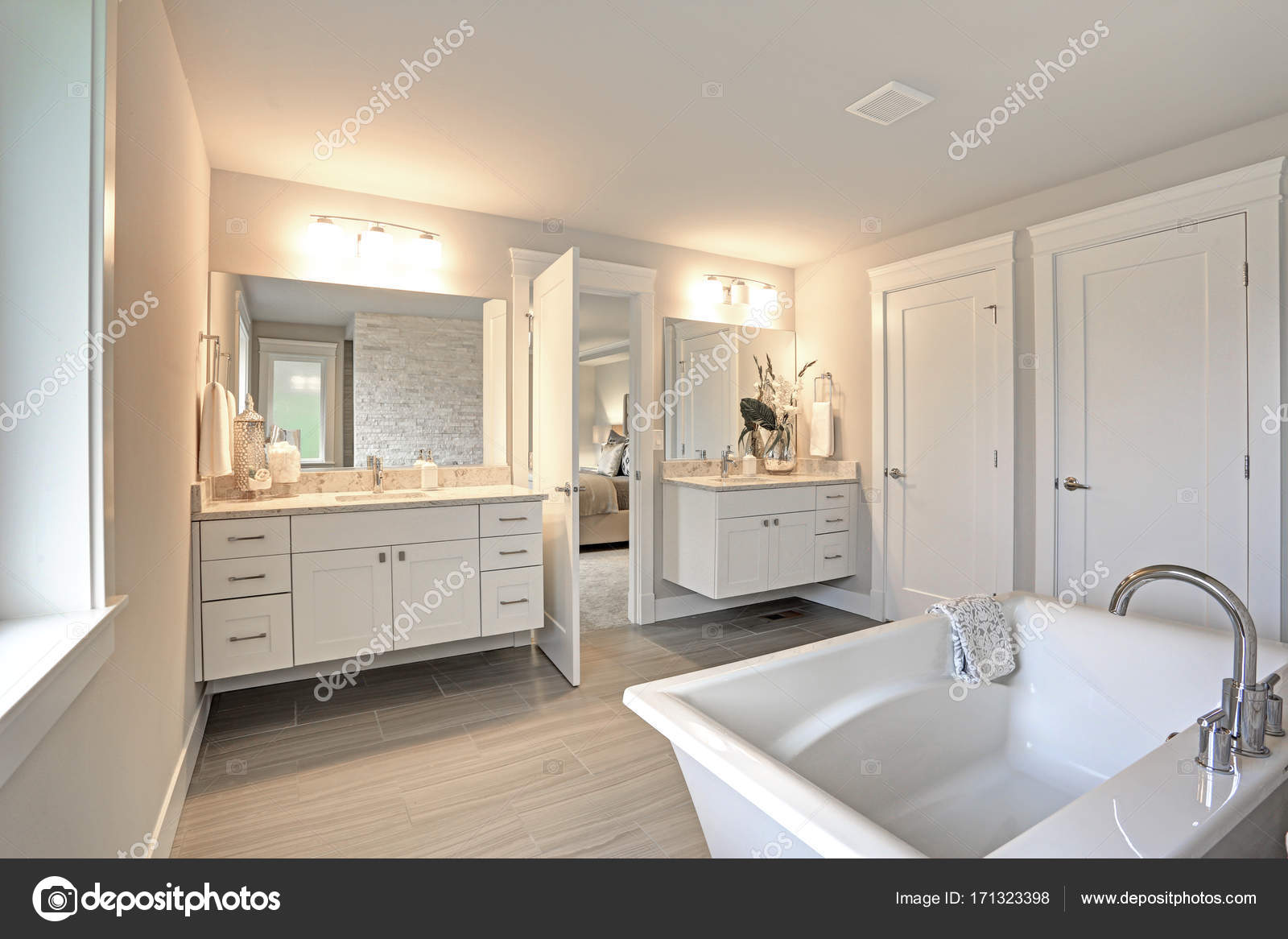 Amazing master badkamer met twee ijdelheid van de badkamers ...