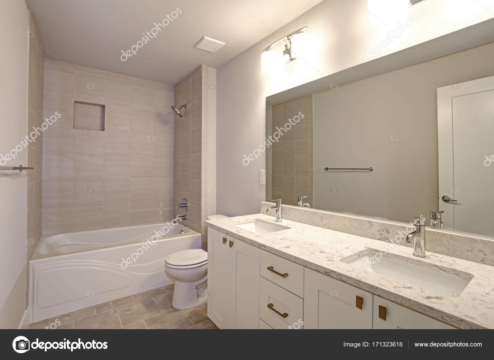 Mooie Betegelde Badkamers : Mooie badkamer beschikt over zijn en haar ijdelheid u stockfoto