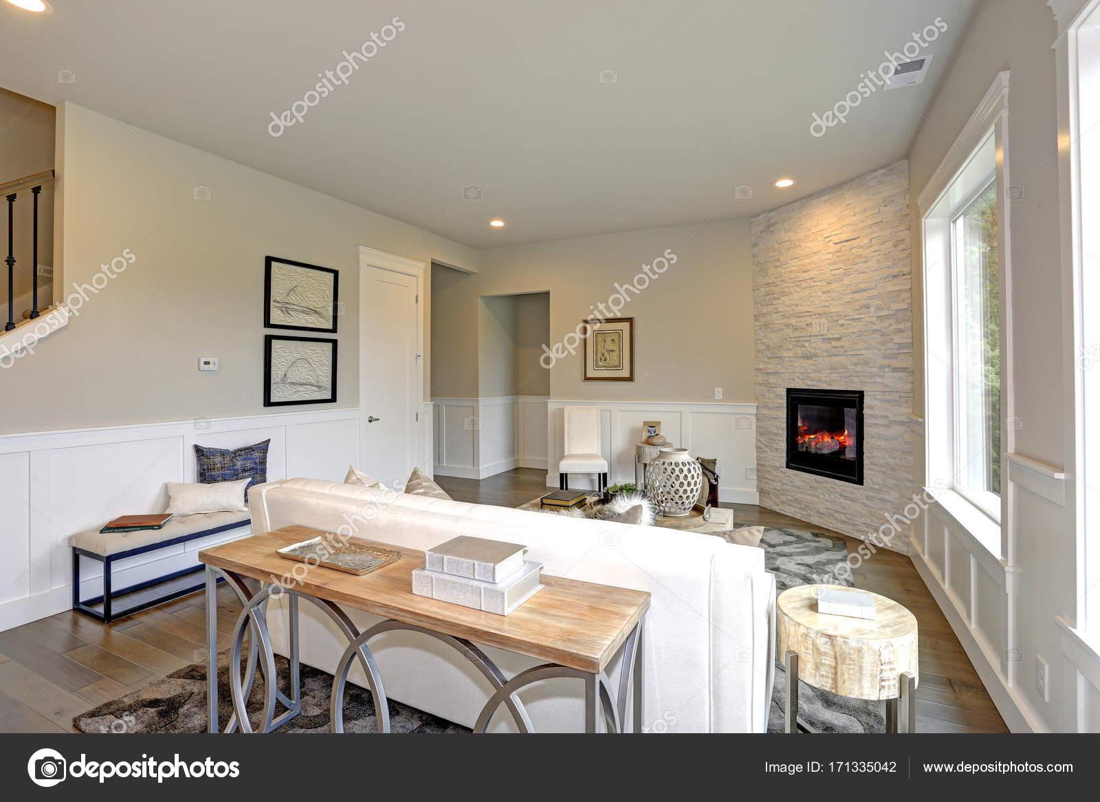 Entspannende Weiße Wohnzimmer In Einem Luxus Neue Bau Haus Verfügt über  Ecke Stein Kamin Gesäumt Von Tan Wände, Akzentuiert Mit Niedrigeren Wand  Weiß ...