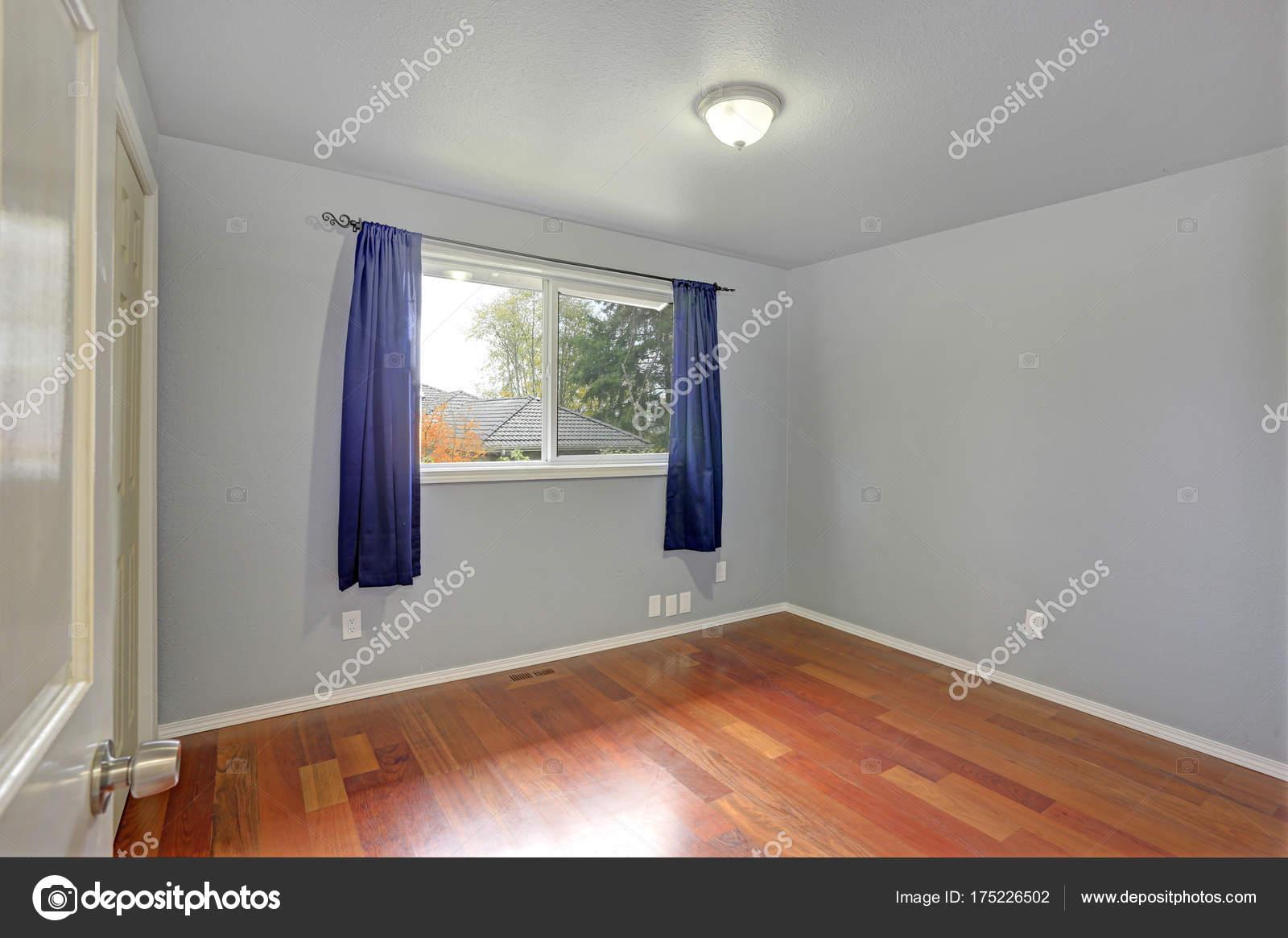 Stanza vuota con le pareti blu colore della vernice — Foto Stock ...