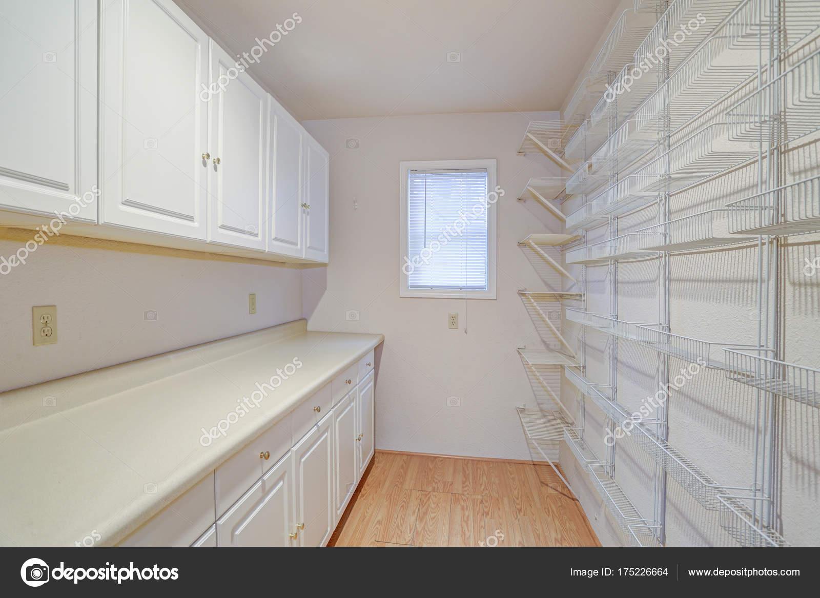 Weiße Speisekammer ausgestattet mit Regalen und Schränken ...