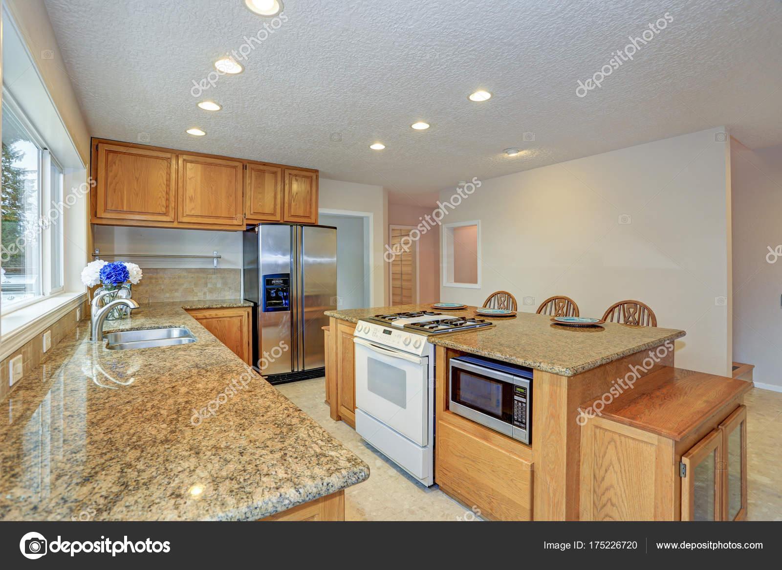 Natürliches Licht Küche mit Holz-Küche-Kabinette umgebaut ...
