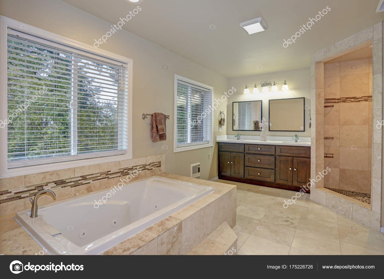 Master Bad Design Mit Luxus Weißen Granit Verkleidet Badewanne Kombiniert  Mit Begehbarer Dusche Akzentuiert Mit Mosaik Streifen Und Doppelte ...