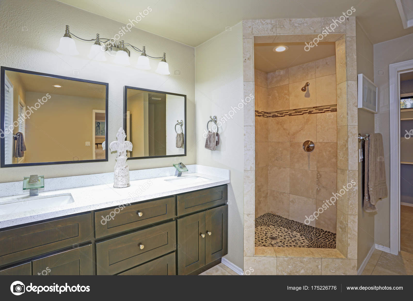 Elegant Master Bad Design Mit Luxus Dusche Akzentuiert Mit Mosaik Streifen Und Doppelte  Badezimmer Eitelkeit Auf Beige Fliesenboden U2014 Foto Von Alabn