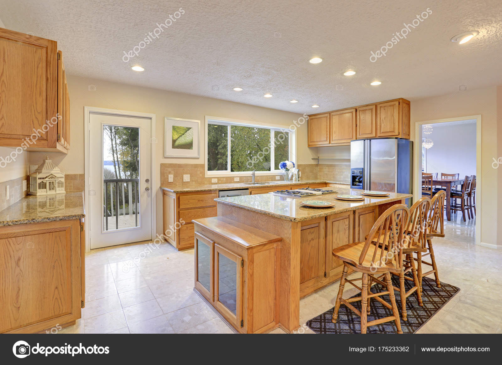 Daglicht Je Keuken : Gerenoveerd daglicht keuken met houten keuken kasten u2014 stockfoto