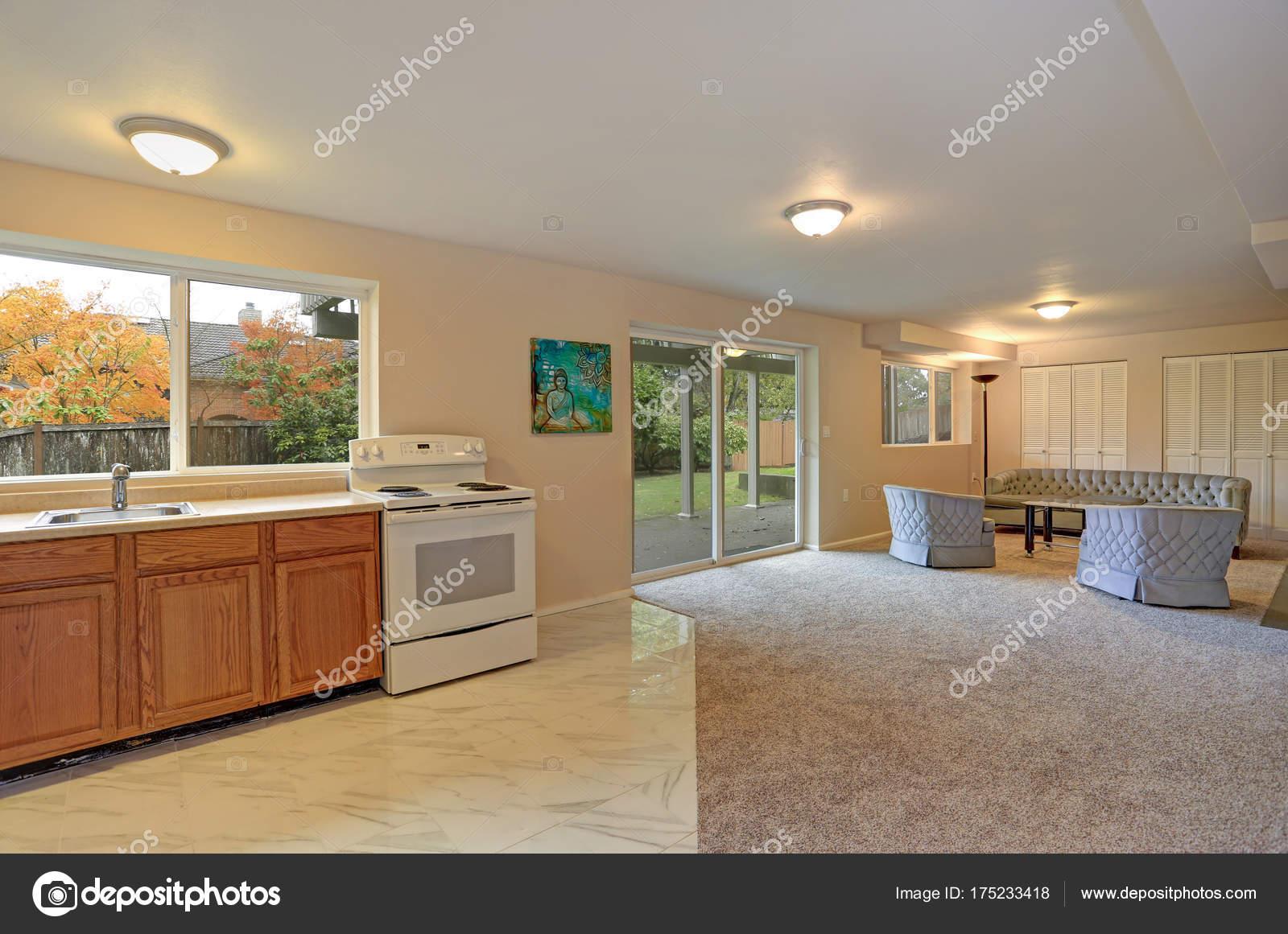 Mooi gerenoveerd interieur, keuken en woonkamer — Stockfoto © alabn ...