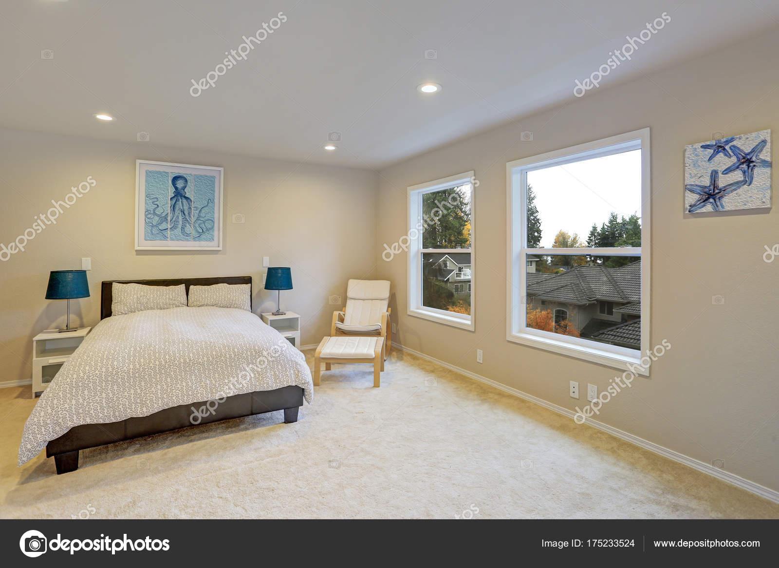 Nero pelle letto per camera da letto con crema colore ...