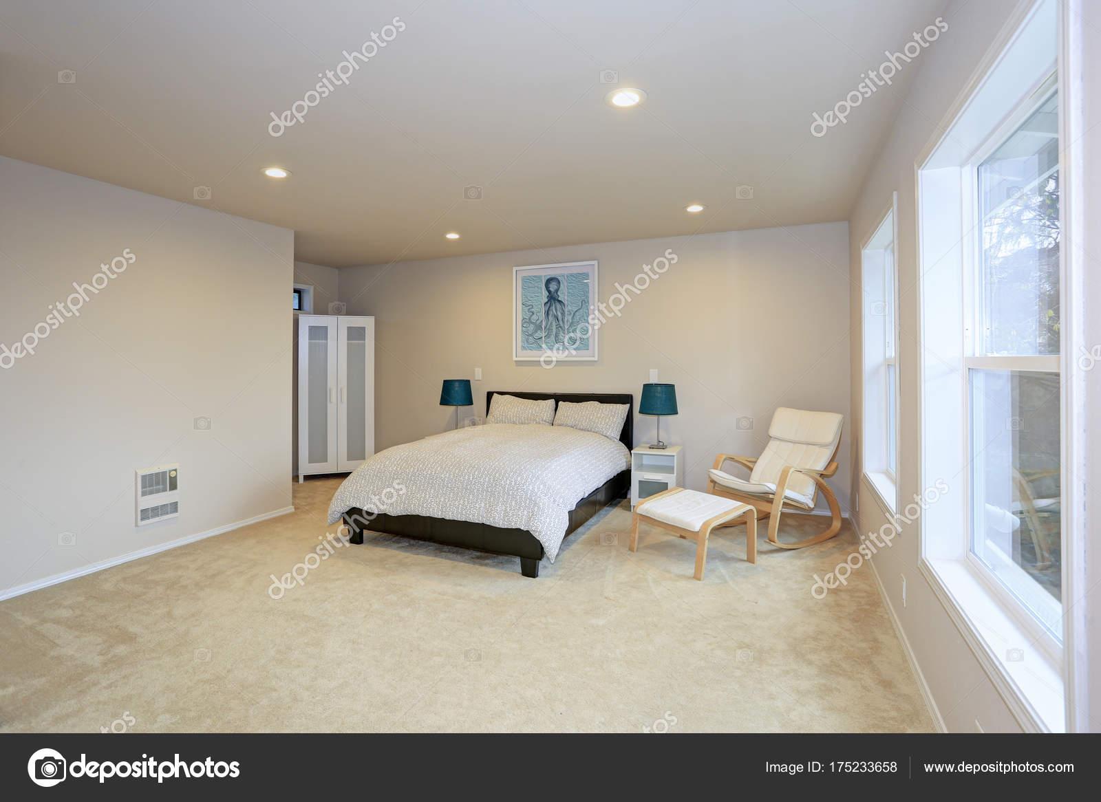 Zwart leder Bed voor slaapkamer met crème muur interieur kleur ...
