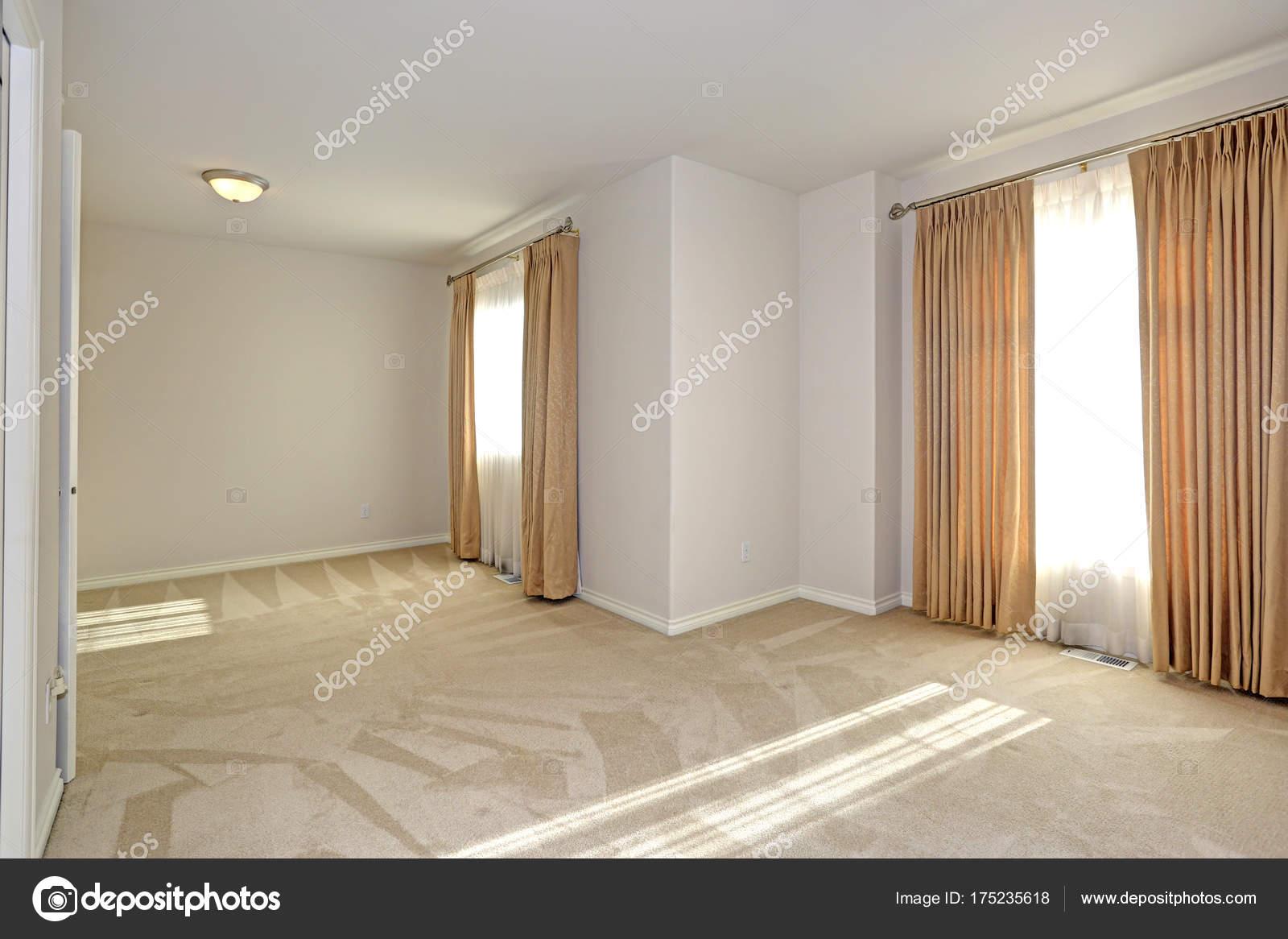 Remplie de soleil vide chambre avec moquette et murs crème ...