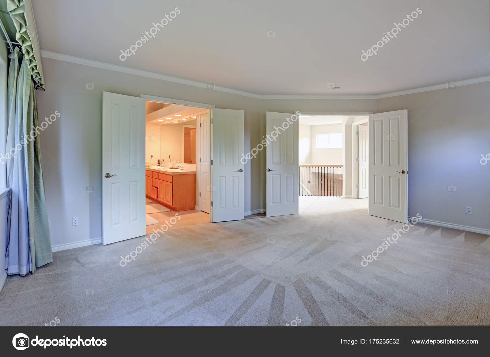 Leeren Raum mit Teppichboden und grauen Mauern — Stockfoto © alabn ...