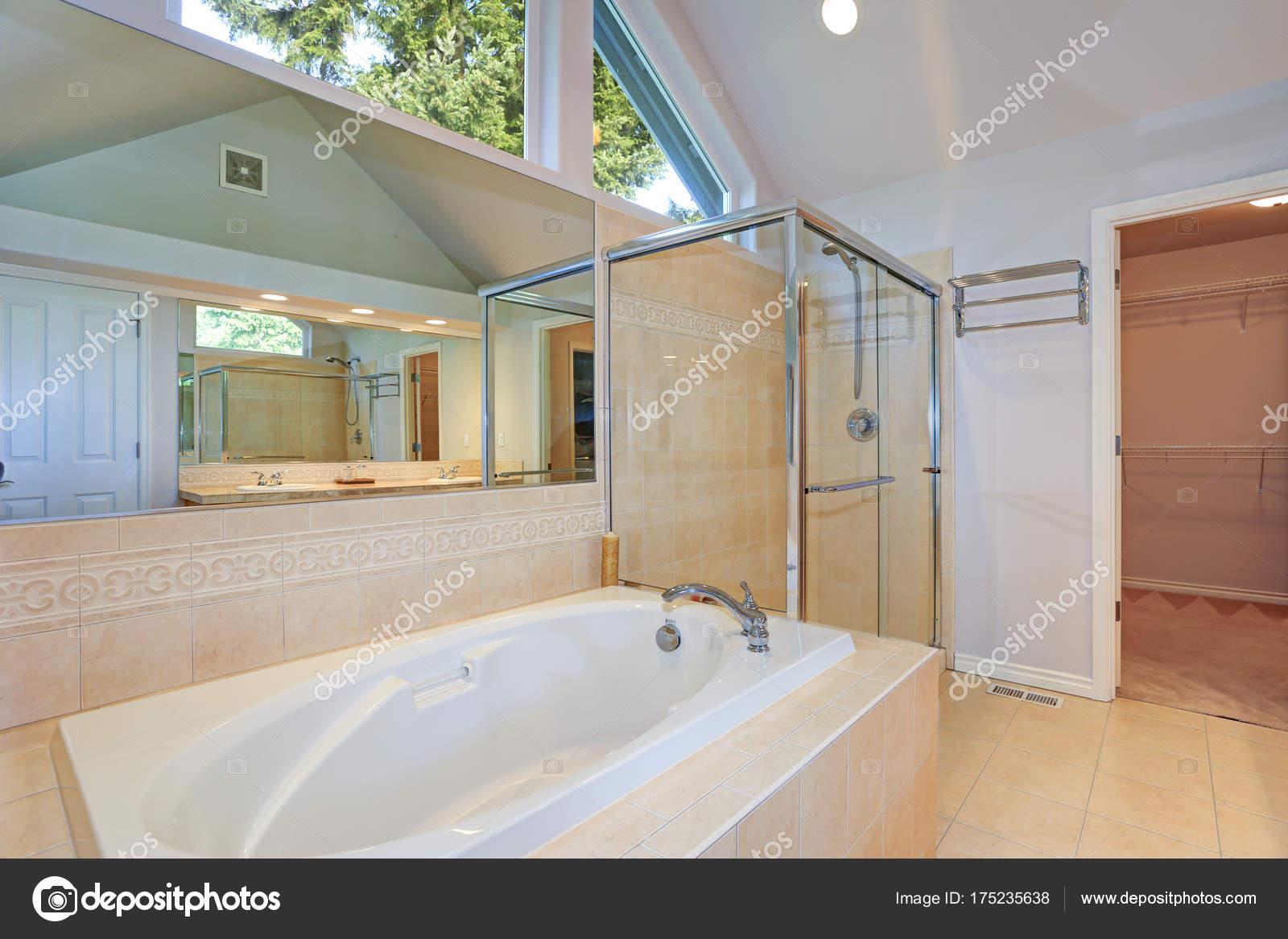 Licht en luchtig master badkamer interieur — Stockfoto © alabn ...