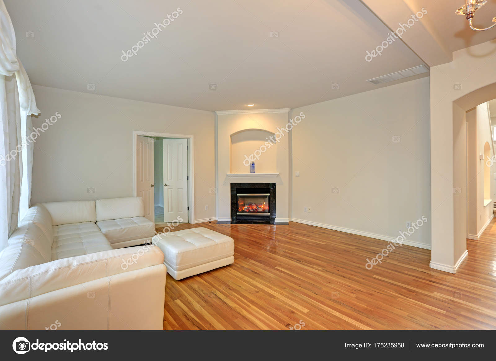 Sonnige Moderne Wohnzimmer Mit Weissem Sektionaltor
