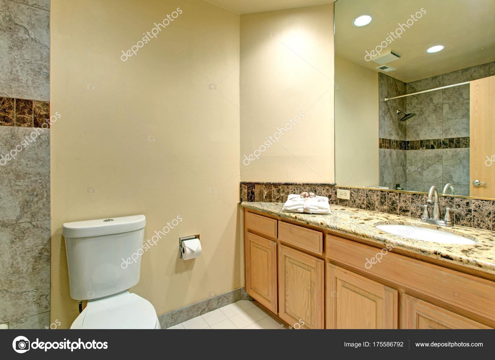 Design neutro bagno in marmo verde con piastrelle u2014 foto stock
