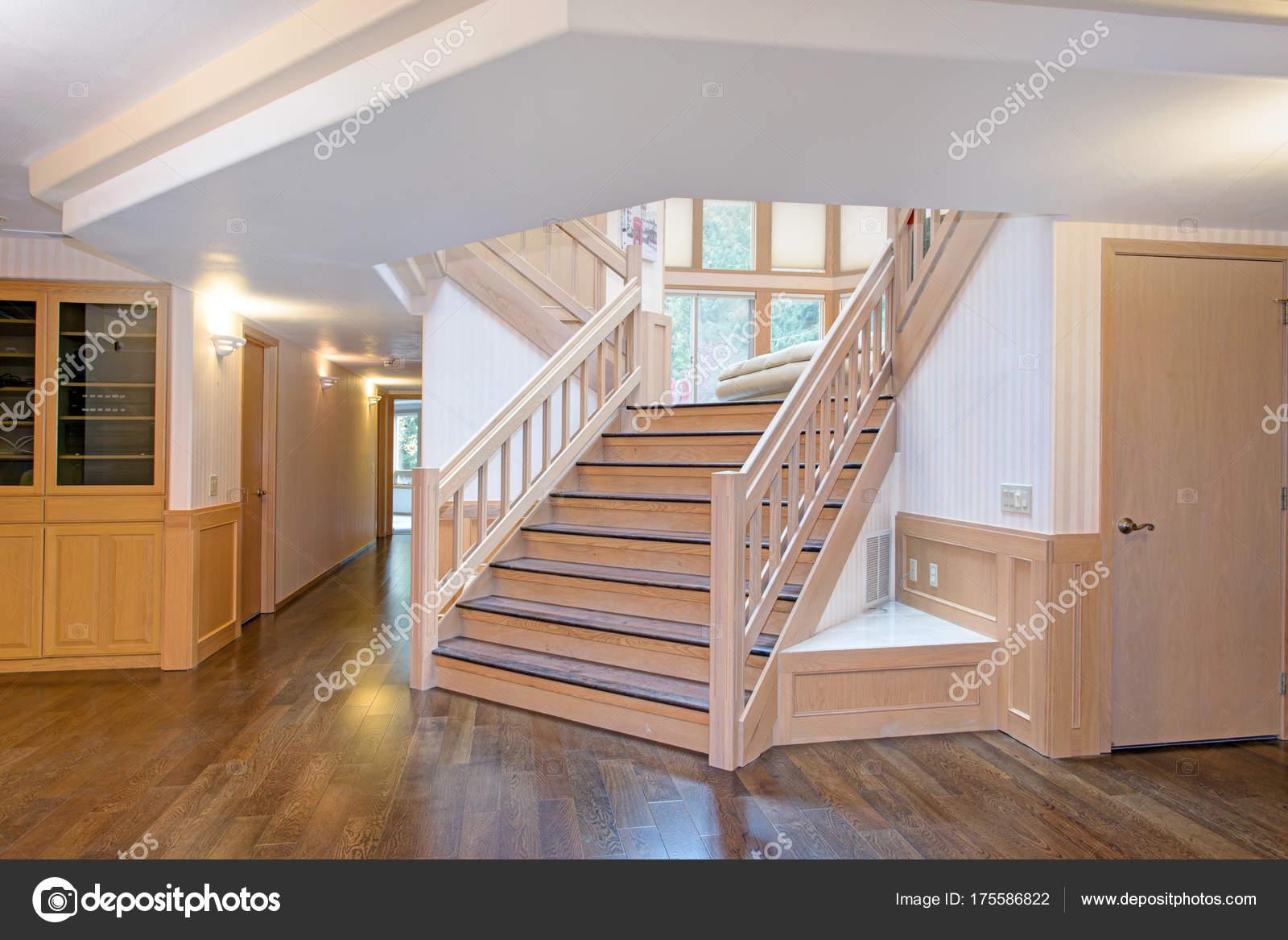 Spacious Schöne Treppen Best Choice Of Weiße Holz Flur Innenraum Akzentuiert Mit Eine