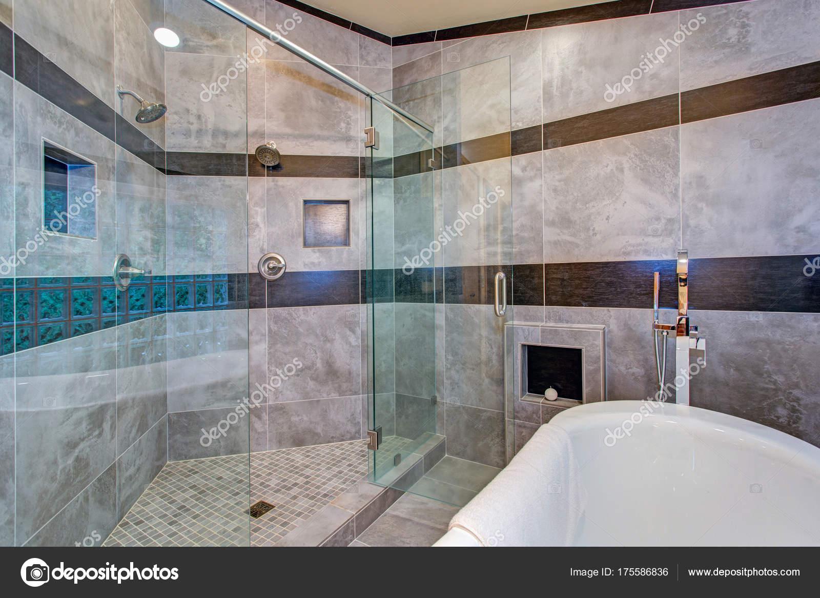 Atemberaubende Badezimmer mit freistehender Badewanne — Stockfoto ...