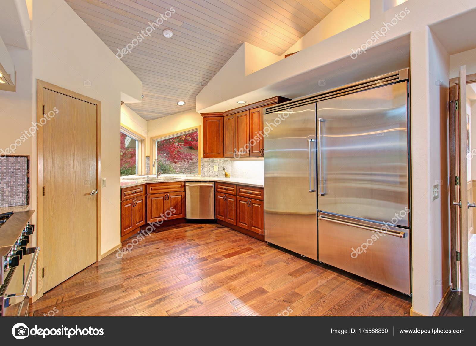 Tolle Küche tolle küche mit hochwertigen edelstahlgeräten stockfoto alabn