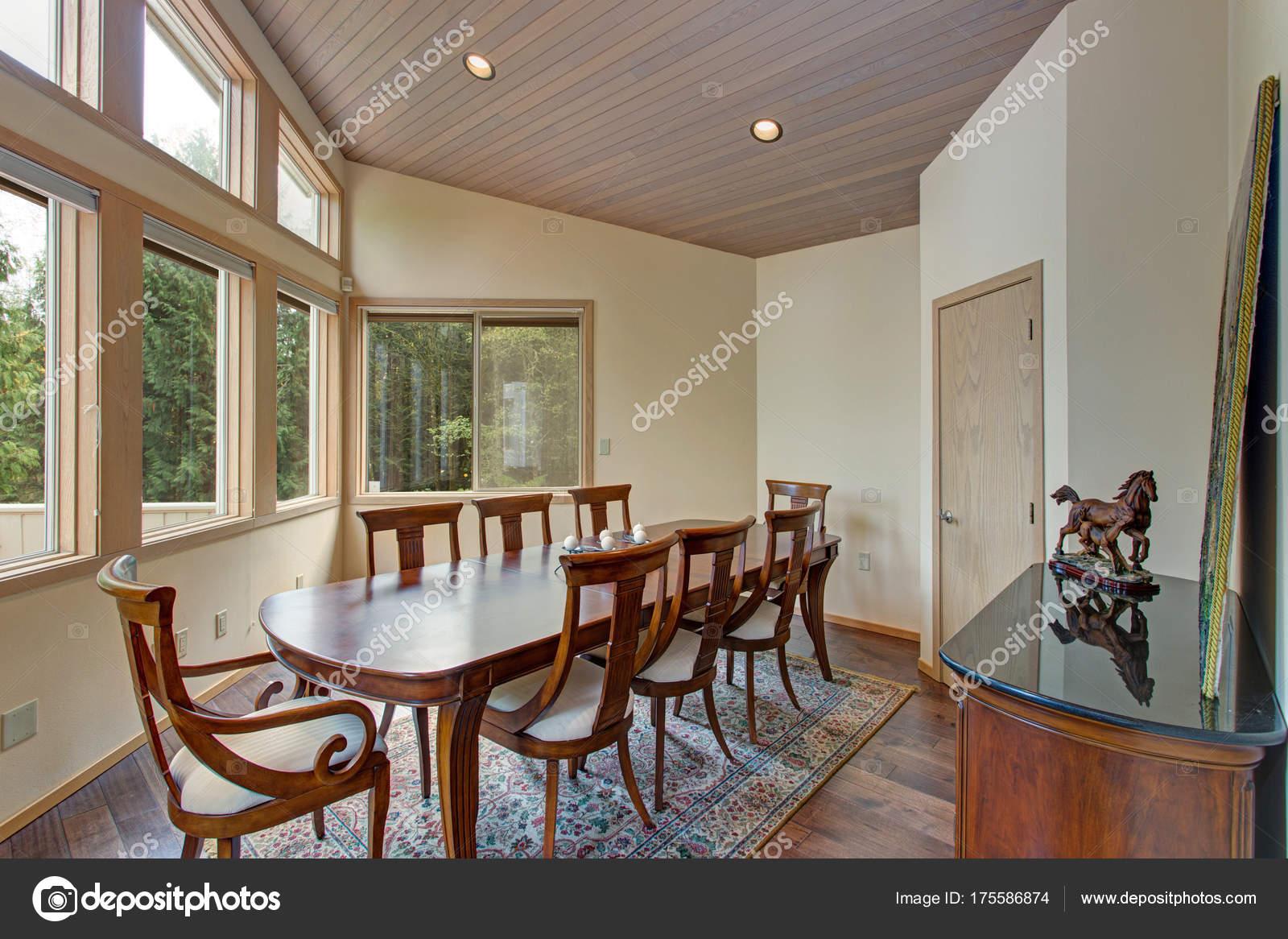 Elegante sala da pranzo con tavolo da pranzo in legno set — Foto ...